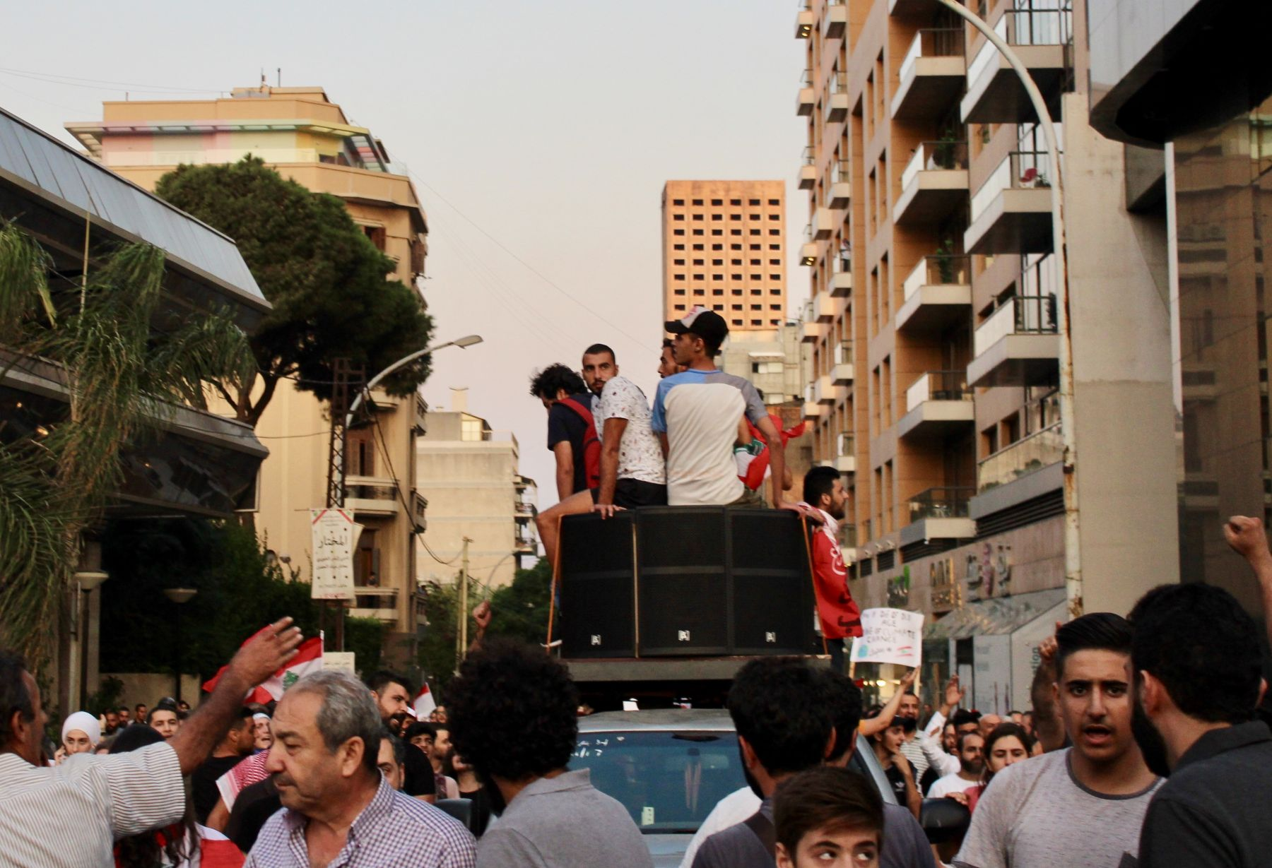 Elements of contestation. Sectarianism as extractive violence and Lebanon's revolution